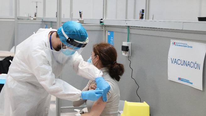 Una mujer recibe la vacuna contra la Covid-19 este martes en el hospital Enfermera Isabel Zendal.