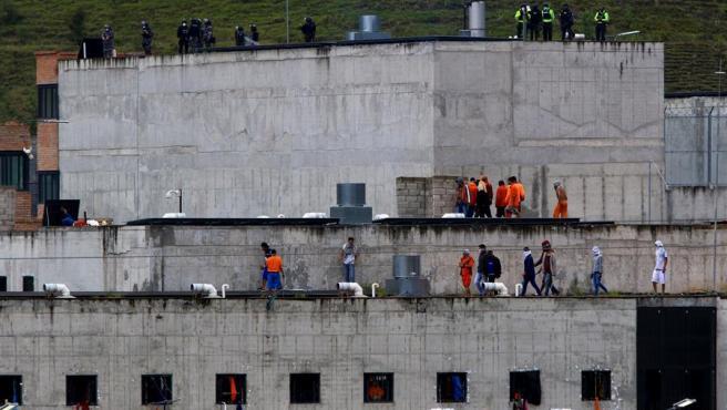 Reclusos amotinados en la cárcel de Turi, en Cuenca (Ecuador).