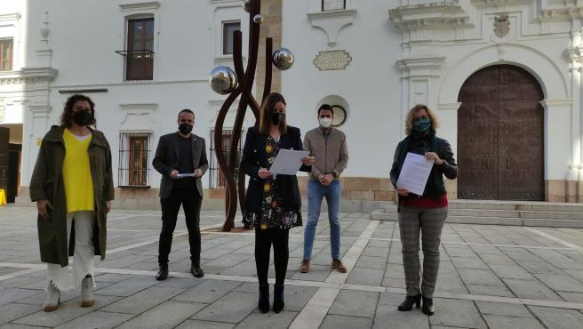 Diputados del PSOE tras registrar la iniciativa
