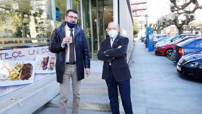 El abogado Evaristo Nogueira (izquierda) toma un café con su cliente, Francisco Fernández Liñares, antes de acudir a la segunda sesión del juicio contra el expresidente de la Confederación Miño-Sil y nueve empresar