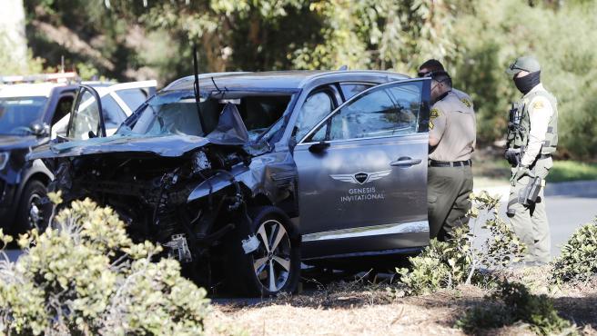 El frontal del coche de Tiger Woods también acabó muy dañado y con la luna delantera reventada, tras el accidente que sufrió el golfista.