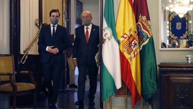 MLG 24-02-2021.-El ministro de Consumo, Alberto Garzón, es recibido por el alcalde de Málaga, Francisco de la Torre y el subdelegado de Gobierno en Málaga, Teófilo Ruiz en la puerta de la casa consistorial de la capi