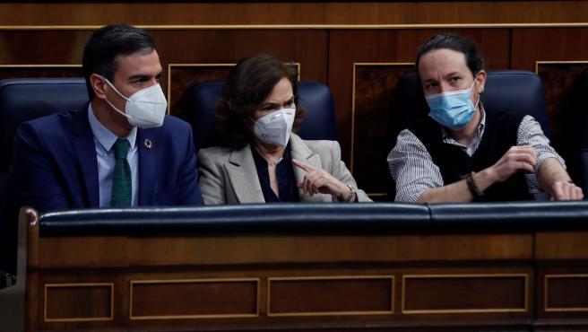 El presidente del Gobierno, Pedro Sánchez, y sus vicepresidentes Carmen Calvo y Pablo Iglesias asisten este miércoles a la sesión de control en el Congreso de los Diputados.
