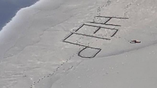 Ben Searancke escribió 'help' en la arena en un gesto desesperado.