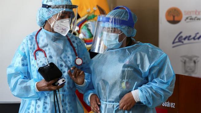 Personal médico de un hospital de Quito, Ecuador, se prepara para administrar la vacuna contra la covid-19.