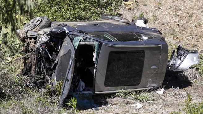 El coche de Tiger Woods permanece volcado en una ladera tras el accidente.