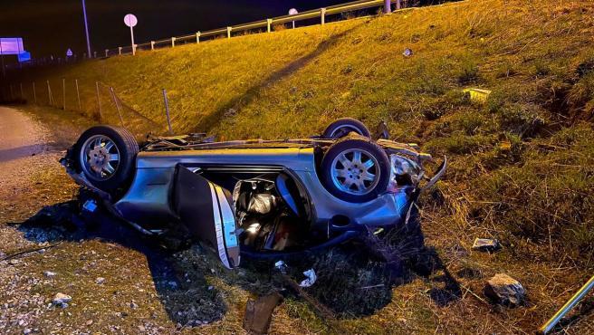 Un hombre de 57 años ha muerto este miércoles en un accidente de tráfico cuando su vehículo ha atravesado una rotonda en la localidad madrileña de Soto del Real y ha volcado.