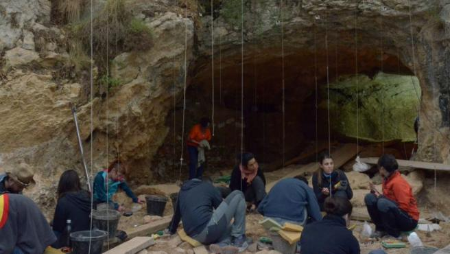 Arqueólogos trabajando en la Cova de les Teixoneres, en Moià (Barcelona).