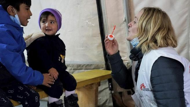 Una supervisora juega con dos niños en la sala de espera de la clínica de Médicos Sin Fronteras en un campo de refugiados en Lesbos.