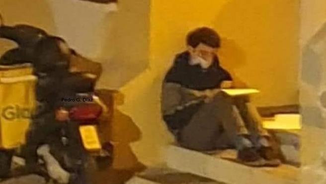 El repartidor Carlos Alegre hace un descanso para estudiar.
