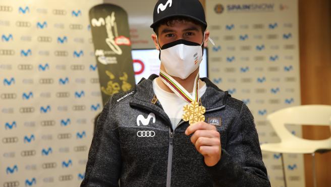El rider Lucas Eguibar muestra el oro logrado en el Mundial de Snowboard de Suecia de 2021.