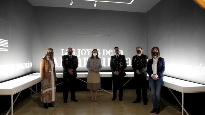 La delegada de Cultura y Patrimonio Histórico de la Junta de Andalucía en Córdoba, Cristina Casanueva (tercera por la izda.), en la inauguración de la muestra.
