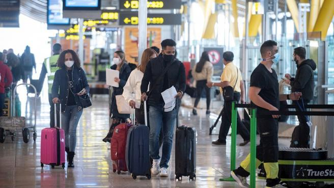 """""""Todo el mundo está de acuerdo en que necesitamos un certificado de vacunación digital"""". Así de contundente se ha mostrado este jueves la canciller alemana, Ángela Merkel, después de la videoconferencia de los 27 jefes de gobierno de la UE en la que acordaron la creación de un pasaporte digital de vacunación para impulsar de nuevo la movilidad interrumpida por la pandemia del coronavirus y así reactivar el turismo en condiciones sanitarias seguras."""