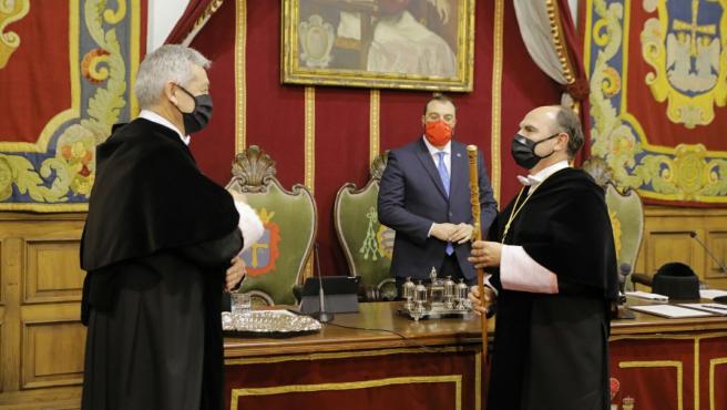 Acto de posesión de Ignacio Villaverde como nuevo rector de la Universidad de Oviedo junto al rector saliente, Santiago García Granda, y el presidente del Principado, Adrián Barbón