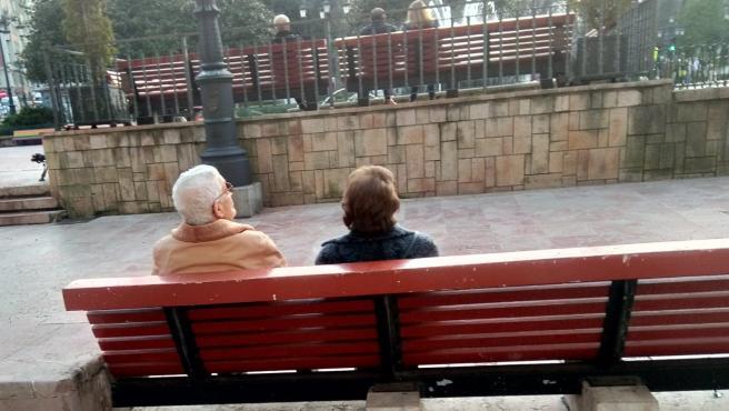 Archivo - Una pareja de jubilados, en Oviedo