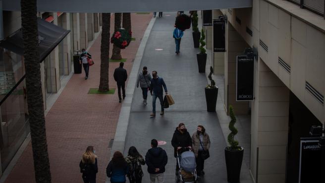 Archivo - Varias personas realizan compras en el centro comercial La Maquinista, en Barcelona (España), a 14 de diciembre de 2020