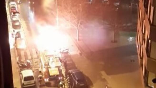 Bomberos intervienen para apagar el fuego intencionado en un contenedor en la carretera Vizcaína, en Gijón