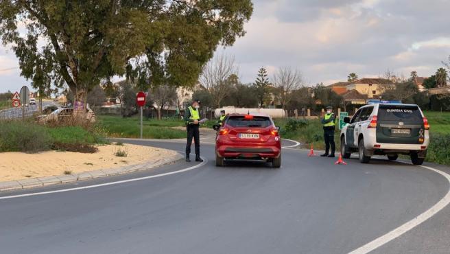 Control policial en Sevilla para garantizar el cierre perimetral de los municipios.