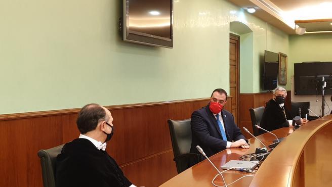 El nuevo rector de la Universidad de Oviedo, Ignacio Villaverde; el presidente del Principado de Asturias, Adrián Barbón; y el rector saliente, Santiago García Granda