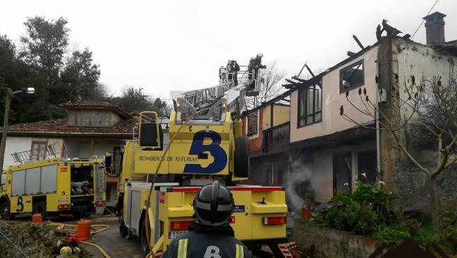 El fuego calcina dos viviendas en Cadanes, Piloña
