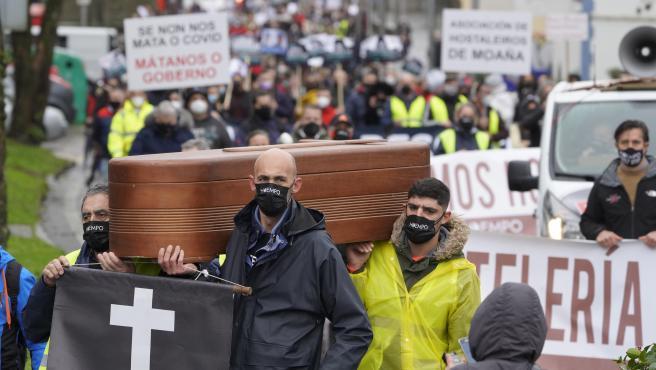 Manifestación de hosteleros que recorre las calles de Santiago hasta la Xunta para reclamar el rescate del sector