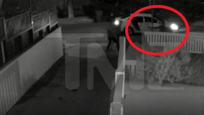 El momento en el que uno de los atracadores apunta y dispara al paseador de perros de Lady Gaga.