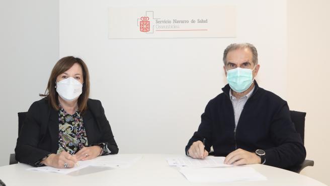 Rosa Ramos, presidenta del Colegio Oficial de Psicología de Navarra, y Gregorio Achutegui, director gerente del Servicio Navarro de Salud-Osasunbidea