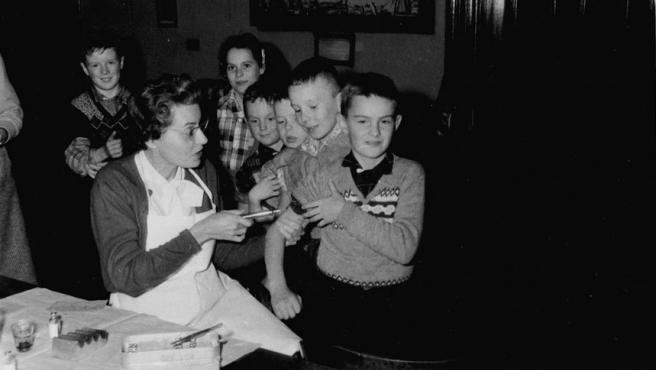 Un niño recibe la vacuna contra la polio en Canadá.