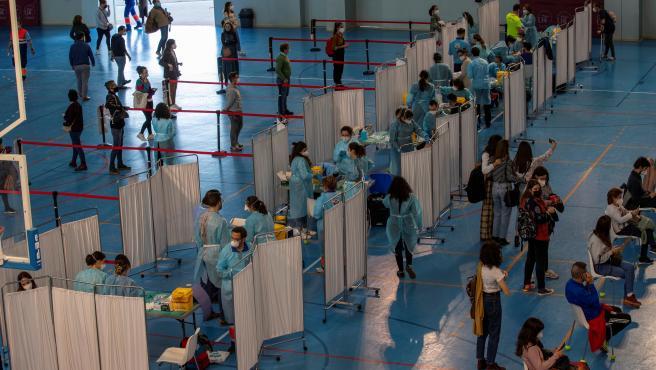 Cientos de docentes reciben la primera dosis de la vacuna AstraZeneca el pasado miércoles en un pabellón deportivo de la Universidad de Sevilla.