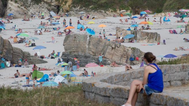 A Mariña, Lugo. Transcurre el verano de 2020 marcado inexorablemente por el desarrollo de la pandemia de la Covid19. Las playas se llenan los dias festivos y el turismo es eminentemente nacional. En la imagen, una mujer