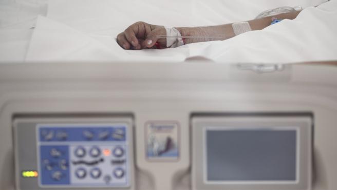 Archivo - Mano de un enfermo con vía subcutánea en una cama de la UCI del Hospital de Emergencias Isabel Zendal, Madrid (España).