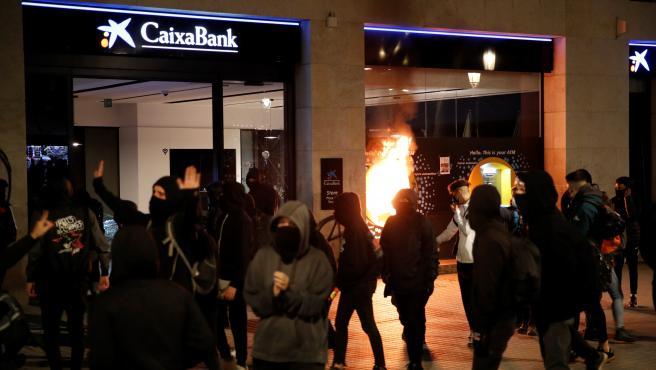Imagen de un cajero de CaixaBank ardiendo.