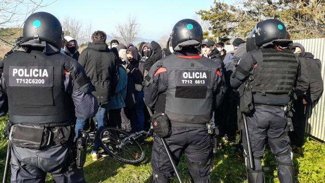Agentes de los Mossos en la protesta que ha cortado la AP-7.
