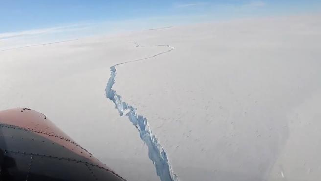 Imagen aérea de la grieta que ha provocado el desprendimiento de un iceberg gigante de la Antártida.