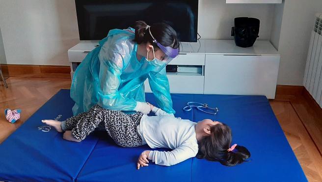 Lara, de 7 años, el único caso vivo en el mundo con una mutación del genCARS2, recibe terapia en su domicilio.