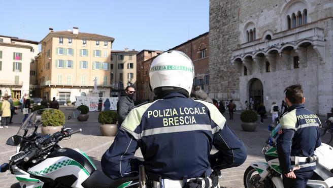 La policía local de Brescia (Italia) realiza controles para evitar aglomeraciones por el coronavirus.