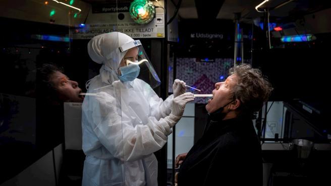 Una mujer se realiza un test PCR en Dinamarca.