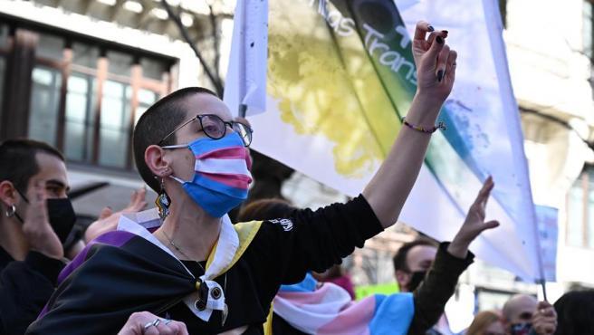 Manifestantes ante el Ministerio de Igualdad por la Ley trans.