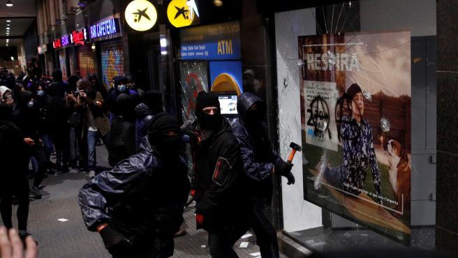 Los seguidores de Pablo Hasel muestran su violencia en Barcelona.