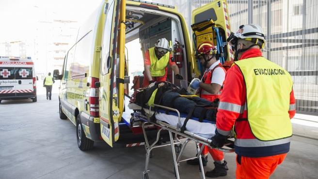 Imagen de archivo de una ambulancia durante la atención a un herido.