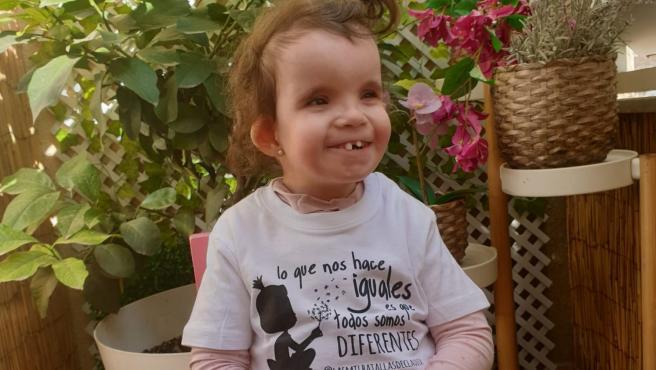 Imagen de Claudia con la camiseta que venden para recaudar fondos.