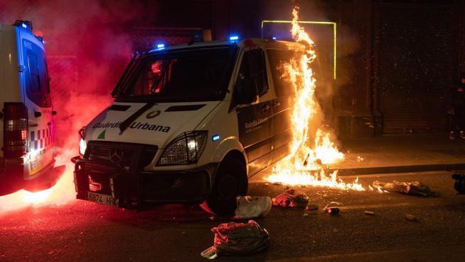 La furgoneta de la Guardia Urbana de Barcelona que ha sido quemada durante la manifestación de Barcelona en apoyo a Pablo Hasel.