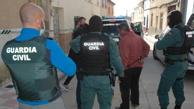 La Guardia Civil junto a los detenidos por el asalto en el puesto de Villafranca de los Caballeros (Toledo).