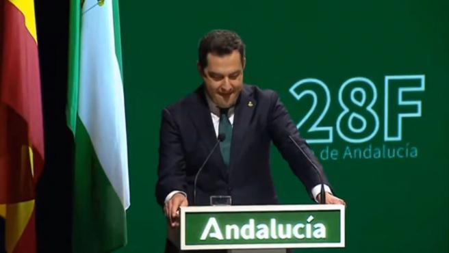 El presidente de Andalucía, Juanma Moreno, se emociona durante su discurso por el día de la comunidad autónoma.