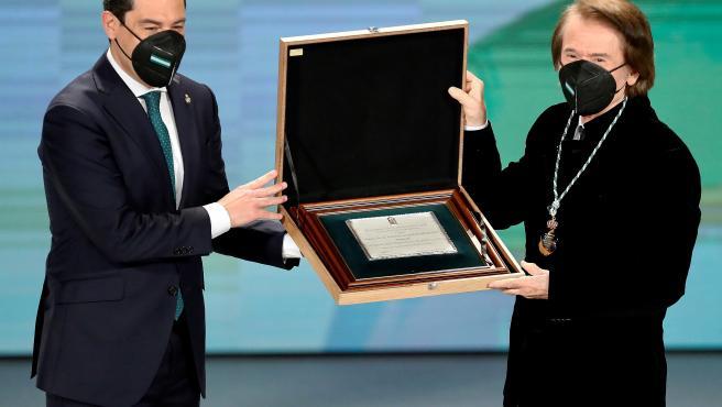El presidente andaluz, Juanma Moreno, nombra Hijo Predilecto de Andalucía al cantante Raphael.