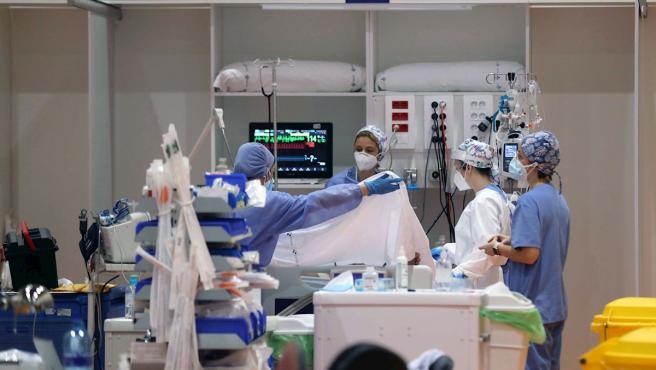 Sanitarios del Hospital Universitario Central de Asturias (HUCA), en Oviedo, atienden a pacientes graves de Covid-19 en la UCI.