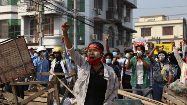 Protesta en Mandalay, Birmania, contra el golpe de Estado perpetrado por los militares en el país.