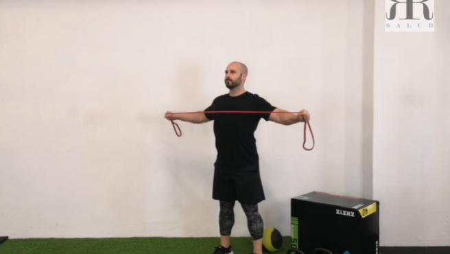 El entrenador y graduado deportivo Rubén Río explica en este vídeo cómo ejecutar correctamente todos los ejercicios de nuestro entrenamiento de hombro de hoy.