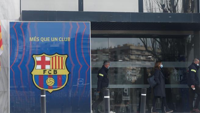 Los Mossos d'Esquadra han accedido en la mañana de este lunes a las oficinas del FC Barcelona para registrarlas e investigar el escándalo conocido como 'Barçagate'. Poco después han detenido al expresidente, Josep María Bartomeu, y a los directivos, Óscar Grau y Román Gómez Ponti en el marco de las investigación.