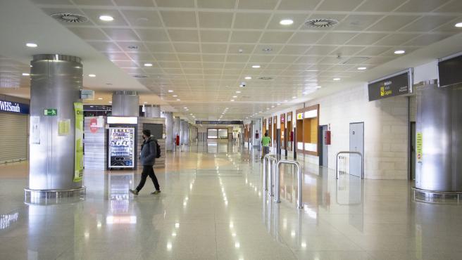 Archivo - Una persona en el aeropuerto de Menorca.